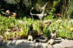 Staty av den thailändska Buddha med bågskytten och två be munkar Arkivbilder