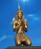 Staty av den thailändska demonen - ordningsvakt mot den blåa himlen Arkivbild
