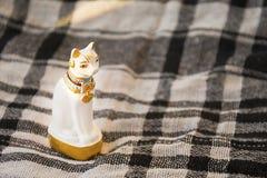 Staty av den vita Egypten katten på kontrollerad filtyttersida Traditionell egyptisk gåvabeståndsdel royaltyfri bild