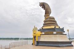 Staty av denhövdade ormen som lokaliseras av Mekonget River i i stadens centrum Nakhon Phanom, Thailand royaltyfri bild