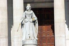 Staty av drottningen Anne på domkyrkan för Saint Paul ` s, London Arkivbilder