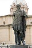 Staty av emperatoren Julius Caesar i Rome, Italien Royaltyfria Bilder