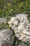 Staty av en älva som sover i trädgården arkivbild