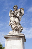 Staty av en ängel på en bro Arkivfoto