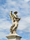 Staty av en ängel på ett katolskt domkyrkatak Royaltyfria Bilder
