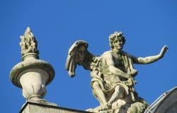 Staty av en ängel på ett katolskt domkyrkatak Royaltyfri Fotografi