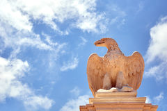 Staty av en örn mot himlen Royaltyfria Bilder