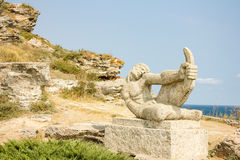 Staty av en bågskytt i udde Kaliakra arkivbilder