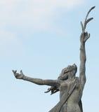 Staty av en dam som rymmer en trädfilial Royaltyfria Bilder