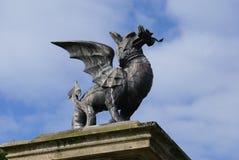 Staty av en drake arkivbilder