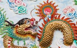 Staty av en drake på väggen. Arkivfoto