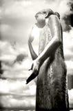Staty av en flicka med den kysste solen Arkivfoto