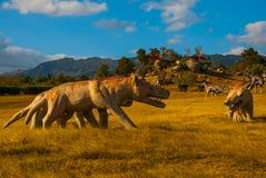 Staty av en forntida varg i fältet Förhistoriska djurmodeller, skulpturer i dalen av nationalparken i Baconao, Kuba fotografering för bildbyråer