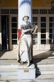 Staty av en grekisk mytisk musa i den Achilleion slotten, Korfu ö, Grekland som byggs av kejsarinnan av Österrike Elisabet av Bay Royaltyfri Fotografi