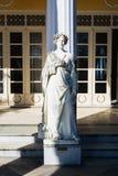 Staty av en grekisk mytisk musa i den Achilleion slotten, Korfu ö, Grekland som byggs av kejsarinnan av Österrike Elisabet av Bay Royaltyfri Bild