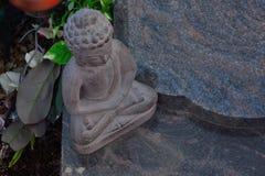 Staty av en härlig sten buddha Arkivbilder