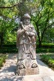 Staty av en krigare i den sakrala vägen i Ming Xiaoling Mausoleum som lokaliseras på monteringen Zijin, Nanjing, Jiangsu landskap fotografering för bildbyråer