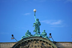 Staty av en kvinna med en fackla Royaltyfri Foto
