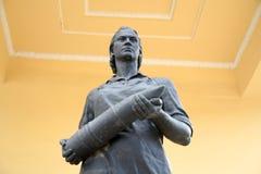 Staty av en kvinna med ett artilleriskal Royaltyfri Bild