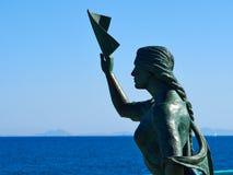 Staty av en kvinna som avfärdar på havet Torrevieja Spanien Arkivfoto