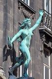 Staty av en kvinna som kastar ett rep i Antwerp, Belgien Arkivfoto