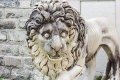 Staty av en lion Arkivbild