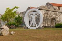 Staty av en man i en cirkel Royaltyfri Fotografi