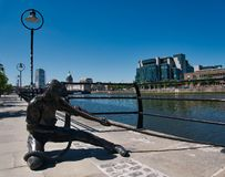 Staty av en man med ett rep på flodstranden royaltyfri foto