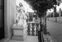 Staty av en oskuld i en kristen kyrkogård i malaga Spanien royaltyfria foton