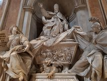 Staty av en påve i basilikan av St Peter i Vaticanet City arkivbild