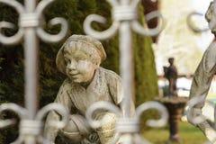 Staty av en pojke i trädgården Royaltyfria Foton