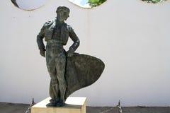 Staty av en tjurfäktare på den Ronda arenan royaltyfri foto