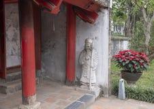 Staty av en vakt på den thailändska Hoc porten som leder till den femte och sista borggården av templet av litteratur, Hanoi, Vie royaltyfri foto