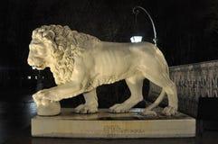 Staty av ett lejon på ingången in i den Elagin slotten i St Petersburg, Ryssland Royaltyfri Fotografi