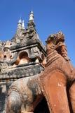Staty av ett mytiskt djur på bakgrunden av templet i Myanmar arkivfoto