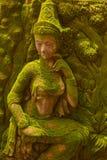 Staty av felik stående det fria för gudinna med grön mossa Fotografering för Bildbyråer