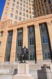 Staty av Fillmore framme av buffelstadshuset, NY, USA royaltyfri bild