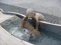 Staty av flickan med tillbringaren Royaltyfri Fotografi