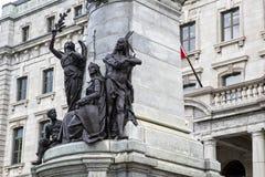 Staty av Francois Xavier de Montmorency Laval, med infödda indier och anhängaren av kolonialism under arkivbild