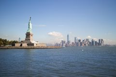 Staty av frihet & i stadens centrum Manhattan, New York City Arkivfoto