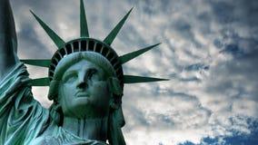 Staty av frihet i USA mot himlen och molnen arkivfilmer