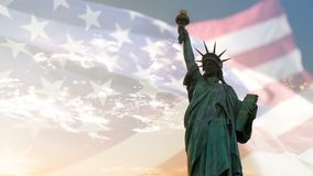 Staty av frihet och amerikanska flaggan som vinkar med copyspace, dubbel exponering stock video