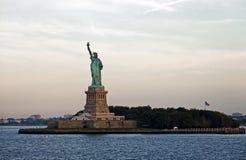 Staty av frihet på solnedgången Arkivfoto