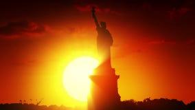Staty av frihet på soluppgång stock illustrationer