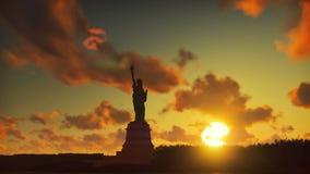 Staty av frihet på soluppgång, med den New York horisonten och soluppgången, himmel med moln i bakgrunden arkivfilmer