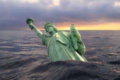 Staty av frihet som sjunker i havet Arkivbilder