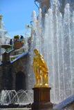 Staty av Ganymede av den stora springbrunnkaskaden i Peterhof, St Petersburg, Ryssland Arkivfoto