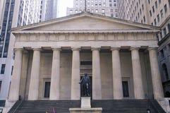Staty av George Washington på ingången av den federala Hallen, New York City, NY Royaltyfri Fotografi