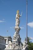 Staty av Goddes Athena framme av den österrikiska parlamentet Arkivfoto