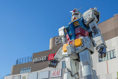 Staty av Gundam på den DivercCity Tokyo plazaen i Tokyo Royaltyfri Foto
